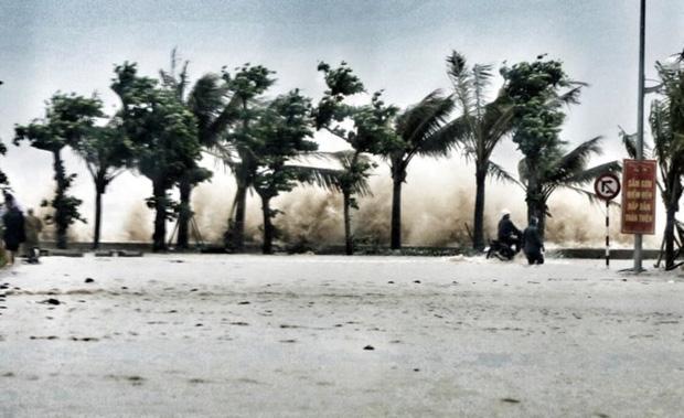 [ẢNH] Bão số 10 vào bờ: Bãi biển Sầm Sơn tan hoang trong sóng dữ - Ảnh 1.