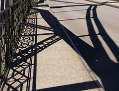 P1090097 Grenzbrücke / Schatten (Traud) Tags: deutschland germany österreich austria border grenze bridge brücke grenzbrücke geländer fence schatten shadow