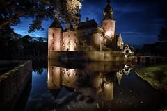 eine Burg aus alten Zeiten - Burg Gemen III - bei Nacht (gabrieleskwar) Tags: outdoor burg gemen wasser wasserschloss nacht licht schatten hdr bäume beleuchtung mauern wiese brücke baum blätter