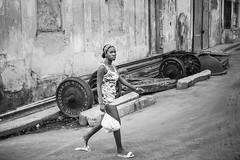 Wheels (toletoletole (www.levold.de/photosphere)) Tags: cuba fujixpro2 kuba xf35mmf2 street fuji sw bw people railwaywheels eisenbahnräder portrait porträt youngwoman jungefrau fui