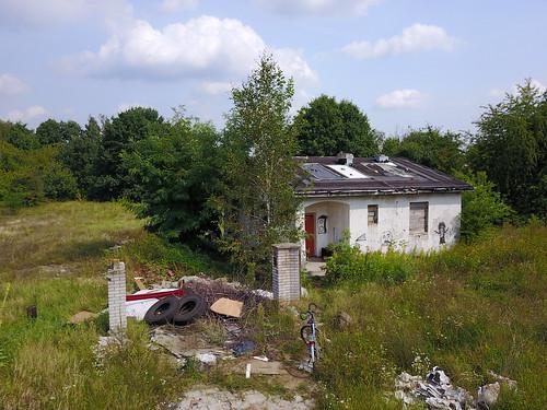 Jeden z wyburzanych pod budowę S2 domków