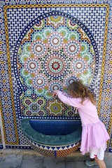 The little girl at the fountain. (L_u_c) Tags: flickrunitedaward persons personne people gens gente fountain girl