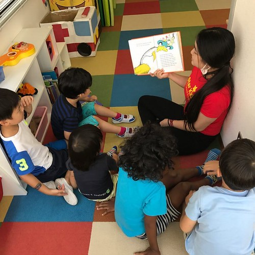 We read books and learn many things everyday! 子どもたちは毎日いろんな本を読んで、たくさん学んでいます! . Star Kids International Preschool, Tokyo. #starkids #international #preschool #school #children #kids #kinder #kindergarten #daycare #fun #shibakoen #minatoku #tokyo #japan #ins