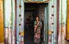 PATTADAKALL : PORTRAIT DEVANT SA PORTE (pierre.arnoldi) Tags: inde india pierrearnoldi photographequébécois pattadakall karnataka photoderue photooriginale photocouleur canon tamron portraitdefemme portraitsderue