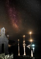 Boote unterm Sternenzelt (mark.helfthewes) Tags: milchstrasse boote nacht kapelle mittelmeer adria brac sterne lichter wasser lb nikon d3s