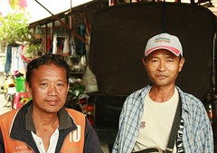 men in the street (the foreign photographer - ฝรั่งถ่) Tags: two men street khlong thanon portraits bangkhen bangkok thailand canon kiss