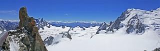 Vue de la vallée blanche et du glacier des géants vers le sud et les alpes italiennes depuis l'Aiguille du Midi (3842m) Haute Savoie, Alpes, France