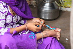 The lady of Chhota Udaïpur (2) (Monika-b) Tags: india woman smile feet work market beauty