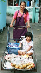mother and daughter food vendors (the foreign photographer - ฝรั่งถ่) Tags: mother daughter food vendors cart khlong thanon portraits bangkhen bangkok thailand canon kiss street