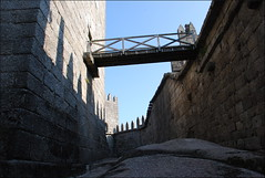 Castillo de Guimarães (Portugal, 25-9-2014) (Juanje Orío) Tags: guimarães portugal 2014 castillo castle fortaleza fortress patrimoniodelahumanidad worldheritage whl1031 puente bridge