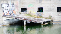 Smöjen kalkbrott -RÖD GRÖN GUL- (damestra) Tags: schweden sweden sverige kalkbrott steinbruch gotland ostsee balticsea östersjön hafen hamn harbour see sjö sea architektur
