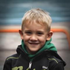 Smile (just.Luc) Tags: garçon boy jongen junge knabe knaap face gezicht visage gesicht ritratto retrato portret portrait belgium belgië belgique belgien belgica blond square carré quadrat vierkant