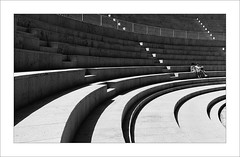 Teatre romà II / Roman theatre II (ximo rosell) Tags: ximorosell bn blackandwhite blancoynegro bw buildings stairs sagunto valencia llum luz light spain escales nikon d750 arquitectura architecture abstract graons gente people