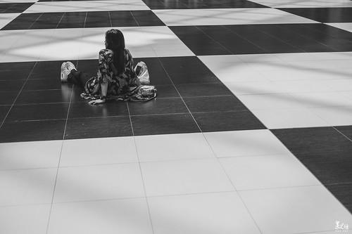 黑與白中,徜徉在自己的世界。