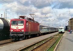 112 022 mit IR 2635 (Lübeck Hbf–Cottbus) und 972 768 als RB 17659 (Wittenberge–Salzwedel) am 11.10.1997 in Wittenberge (Gustav Richard) Tags: baureihe112 ferkeltaxe wittenberge interregio