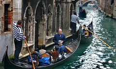 Venice: gondola city (Henk Binnendijk) Tags: venice venetië italy italia italië venedig gondel gondola gondole gondelier people candid boat boot italian gondolier rowingoar 2005 transportation tourists tourist toeristen travel