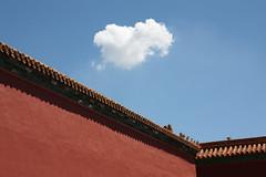 Wall + cloud (m-blacks) Tags: china cina beijing pechino summer vacation travel street urban urbanscape light city canon red redwall cloud sky bluesky wall detail roof