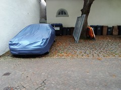 Alfa ? (QQ Vespa) Tags: meersburg alfaromeo alfa wrapped verhüllung verhüllt car covered plane wetterschutz italiencar mülltonne