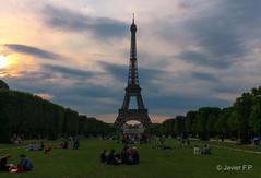 Torre Eiffel - Interrail 2017 (Javi Fdez Pozuelo) Tags: france francia paris tower eiffel torre cielo sky colour sunset green blue orange colourful flickr photo photooftheday pic canon canoneos1100d tourism travel trip