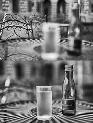 Ansichtssache (Ernst_P.) Tags: ambras ambraserschlosspark amras aut flasche glas innsbruck mineralwasser österreich stuhl tirol tisch wasser sigma 50mm f14 art sw bw monochrome