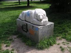 1996 Berlin Liegender Eisbär von Stefan Horota Marmor Falkplatz Gleimstraße in 10437 Prenzlauer Berg (Bergfels) Tags: skulpturenführer bergfels 1996 1990er 20jh nach1989 berlin liegendereisbär eisbär tier stefanhorota shorota sthorota horota marmor falkplatz amfalkplatz gleimstrase gaudystrase 10437 prenzlauerberg gleimviertel skulptur plastik beschriftet