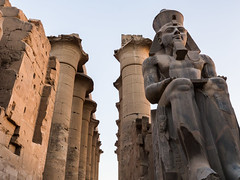 Estatua de Ramsés II, Templo de Amón, Luxor, Egipto (Edgardo W. Olivera) Tags: panasonic lumix gh3 edgardoolivera microfourthirds microcuatrotercios egipto luxor amón egypt ancient mediooriente orientepróximo middleeast templo temple estatua statue escultura sculpture ramsés ramses ramesses