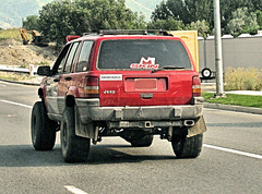 ɹəʌıɹp pıdnʇs (Eyellgeteven) Tags: jeep grandcherokee jeepgrandcherokee chrysler suv 4x4 fourwheeldrive 4door red lifted beater beatup bigtires jalopy junker oddpanel sticker stickers decal decals bumpersticker skin ɹəʌıɹppıdnʇs zj 1990s dented dents dent dirty faded vehicle vintage classic oxidized oxidation old used eyellgeteven americanmade madeinusa