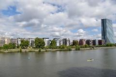 2017 Wohnhäuser an der Weseler Werft (mercatormovens) Tags: frankfurt frankfurtammain wohnhäuser architektur ezb hochhaus ostend main fluss boot mainufer