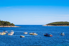 La Grande Bleue / Croatie (Morgane De Greef - Pachen) Tags: yacht chalutier zodiac bateau ramer iles hvar dalmatie croatie paysage canon