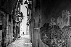 Ondes courtes (michelgroleau) Tags: ruelle street bw barcelone barcelona catalogne cellulaire portable phone cell hostel catalunya cataluna solitude