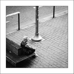 Bien sage (Napafloma-Photographe) Tags: 2017 architecturebatimentsmonuments bandw bw détailsarchitecturaux fr france géographie hautsdefrance métiersetpersonnages personnes techniquephoto banc bancpublic blackandwhite monochrome napaflomaphotographe noiretblanc noiretblancfrance pavés photoderue photographe province streetphoto streetphotography lille nord
