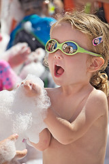 Sin titulo (Eduardo Valero Suardiaz) Tags: verde green espuma gafasdesol sunglasses babe baby foam girl party fiesta niãƒâ±a cantalejo segovia espaãƒâ±a