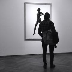 Jeux de jambes (_ Adèle _) Tags: paris expo photos mep maisoneuropéennedelaphotographie femme regarder cadre jambes backshot monochrome nb noiretblanc bw blackandwhite