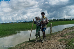 Mutter und Sohn (UNO-Flüchtlingshilfe) Tags: bordercrossing copyspace day headscarf help hijab malehumangender outdoors river rohingyaethnicity traditionalclothing twopeople walking whaikhyang coxsbazardistrict bangladesh bgd
