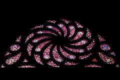 Curves (just.Luc) Tags: vitrail gebrandschilderdglas stainedglasswindow red rouge rot rood curves cathedral cathédrale kathedraal cathédralesaintjean church kerk église kirche venster fenster raam fenêtre lyon france frankrijk frankreich frança francia fr