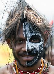 Black and white face (kthustler) Tags: goroka singsing papuanewguinea tribes huliwigmen mudmen