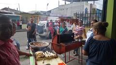 Puesto de comida organizado por la parroquia para recaudar fondos para las obras de la parroquia