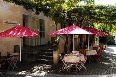 Village de Saint-Emilion, Gironde, France (Tsinoul) Tags: village saintémilion gironde france département33 bordelais vignobledesaintémilion nouvelleaquitaine restaurant comptoirdesarts restaurantcomptoirdesarts treille parasol nikon d300 nikond300