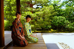 Yukata girls, Kennin-ji (Eric Flexyourhead) Tags: higashiyama higashiyamaku 東山区 kyoto 京都市 kansai 関西地方 japan 日本 kenninji 建仁寺 temple buddhist buddhism zen zenbuddhist garden japanesegarden candid japanese girls women tourists smile smiling seated sitting cute kawaii かわいい yukata 浴衣 colourful vibrant vivid shallowdepthoffield sonyalphaa7 zeisssonnartfe55mmf18za zeiss 55mmf18