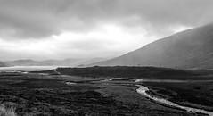 Loch Ainort, Isla de Skye (Jo March11) Tags: escocia scotland isladeskye skye lochainort lagoainort lago highlands tierrasaltas paisaje naturaleza blancoynegro monocromo nubes ieletxigerra idoiaeletxigerra eletxigerra canon canoneos