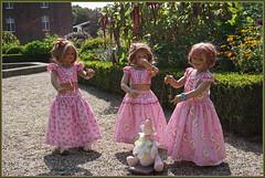 Eine kleine Tanzeinlage ... (Kindergartenkinder) Tags: sselburg schlossanholt annemoni tivi sanrike dolls himstedt annette park kindergartenkinder sommer wasserburg