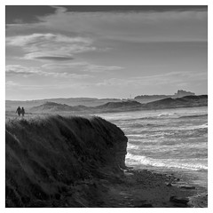 Bamburgh castle (objet introuvable) Tags: blackandwhite bw beach plage monochrome mer sea sand summer sable été greatbritain contrast clouds nb noiretblanc castle bamburgh sky ciel lumixgx8 gx8 panasonic