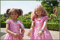 Milina und Margie ... (Kindergartenkinder) Tags: sselburg schlossanholt milina dolls himstedt annette park kindergartenkinder sommer wasserburg margie