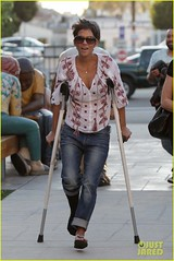 Halle Berry (vp100194) Tags: halleberry malibu california actress assistant househunting realestate schoolhunting crutches blouse boyfriendjeans flipflops sunglasses style fashion injured angry upset ca usa