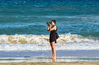 Y el mar envió sedosas olas hasta la orilla para poder besarle sus pies...