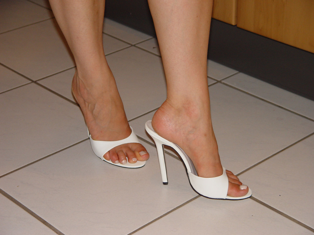 2f35b0d1ee pic0094 (KnulliBulli) Tags: heels highheels mules slides nylons toes fuss  füsse legs pantoletten