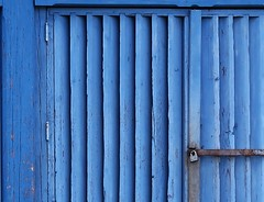 (Espykrelle) Tags: porte door bleu blue lines wall wood 7dwf prettyinblue crazytuesdaytheme