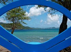 Vue sur la presqu'île de Sainte Anne à travers un équipement sportif (Livith Muse) Tags: mer arbre sainteluce martinique mtq panasonic20mmf17ii lumixg20f17ii 20mm panasonic lumix gx7