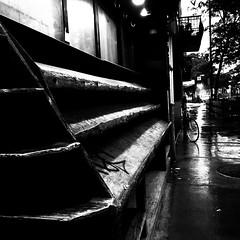 Sous la pluie... au petit matin... (woltarise) Tags: montroyalest avenue montréal fruiterie étalage bois pluie reflets sombre 6h30am