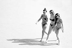 ... Summertime ... (Lanpernas 3.0) Tags: agosto vacaciones verano mujeres woman chicas girls donna femme walking playa beach plage hexadecimal